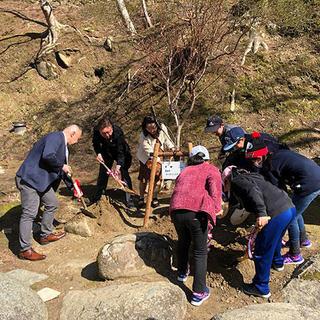 香嵐渓に足助小学校児童と共にもみじの植樹